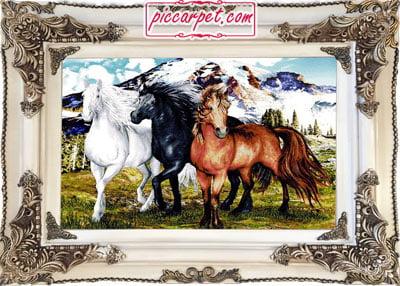 تابلو فرش سه اسب با قاب چوبی سفید