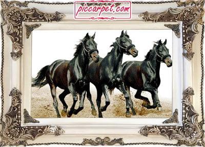 تابلو فرش اسب سیاه با قاب چوبی سفید